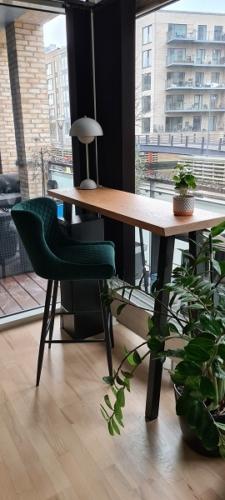 Högbord ek med vit olja 40 x 130 cm med Dallas barstol