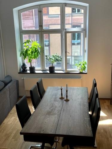 Plankbord i ek med 2 plankor, ebenholtsolja, naturliga kanter och trapesformad ram