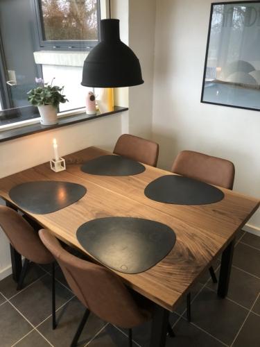 Plankbord i amerikansk valnöt 2 plankor, 90x135 cm och naturliga kanter - Drammen stolar i brunt