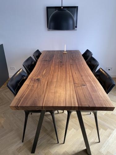 Plankbord Amerikansk valnöt 3 plankor - 90 x 210 cm med naturlig kant och svarta sneda ben