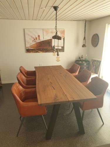 Plankbord i amerikansk valnöt med sned stolp