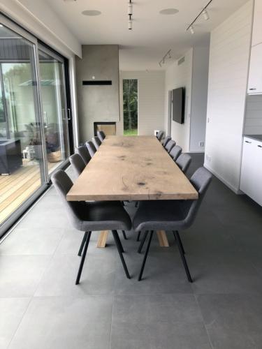 Plankbord i ek 1 planka 100 x 360 cm med vit olja och 90 graders kanter och sned stolp i trä