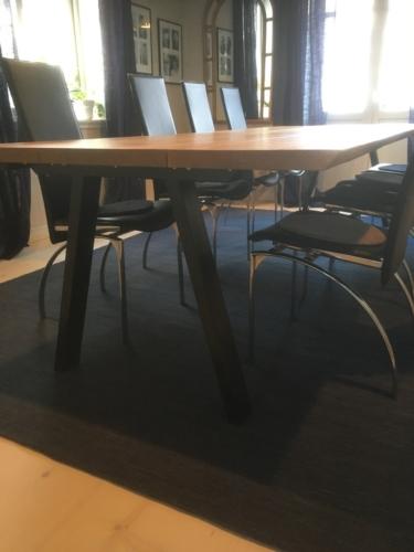 Plankbord i ek 3 plankor, med naturlig olja, naturliga kanter och sneda ben i svart metall