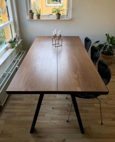 Plankbord i ek med valnötolja, sneda ben och 15 graders kanter