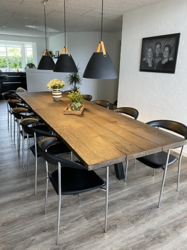 Plankbord i ek 2 plankor med ebenholtsolja, sluttande stolpe, naturliga kanter 100x330 cm