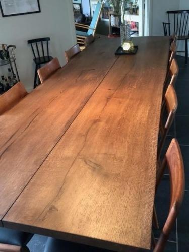 Rustikt plankbord i ek med valnötsolja och naturliga kanter. Tillverkad av två plankor