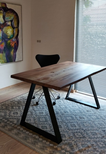 Skrivbord i alm med ebenholtsolja och trekantig ram
