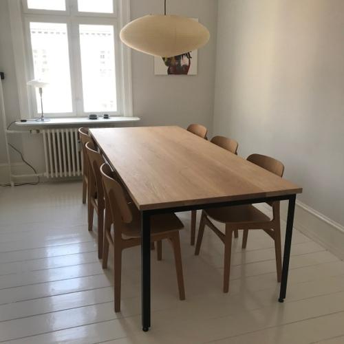 Snyggt plankbord i 4 limmade ekplankor med vit olja och 90 graders kanter. Monterad på kundens egen ram