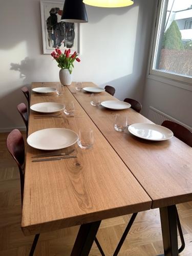Snyggt plankbord i ek - 2 plankor med naturlig olja och 15 graders kanter