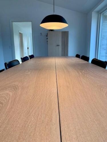 Stilrent plankebord i eg 2 planker med hvid olie, 110x350 cm, 15 graders kanter og trapez stel.