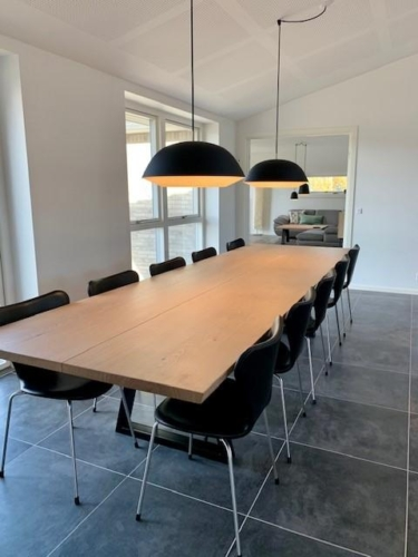 Stilrent plankebord i eg 2 planker med hvid olie, 110x350 cm, 15 graders kanter og trapez stel
