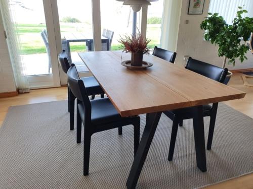 Snyggt plankbord i ek med 2 plankor, naturlig olja och 15 graders kanter