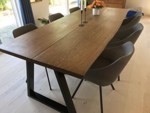 Snyggt plankbord i ek med 2 plankor, naturlig kant och ebenholtsolja