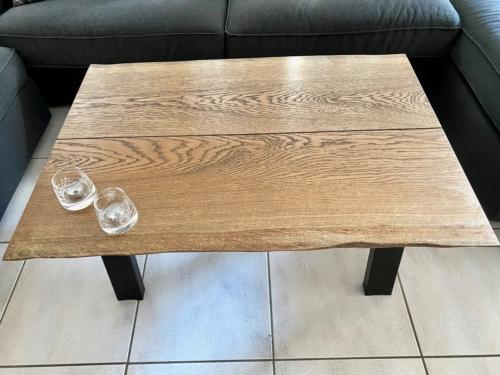 Snyggt soffbord i ek med ebenholtsolja och naturliga kanter, storlek 70x100 cm