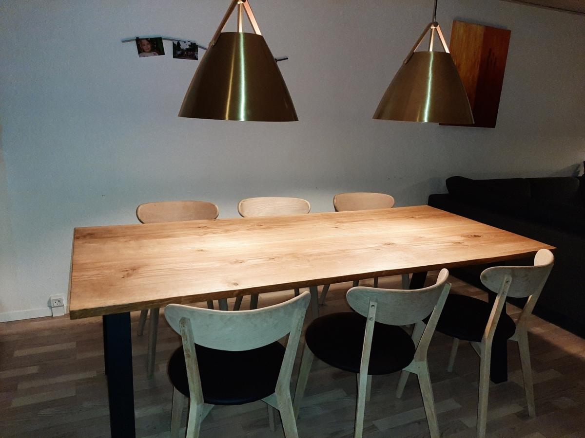 Plankbord ek med naturlig kant och naturlig olja