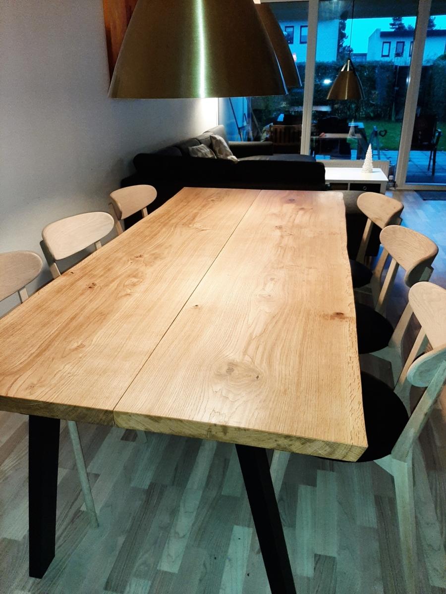 Plankebord i eg med 2 planker naturolie og skrå ben slim